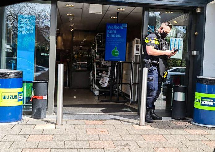 Agenten in kogelwerende vesten zoeken woensdag naar een gewapende man.