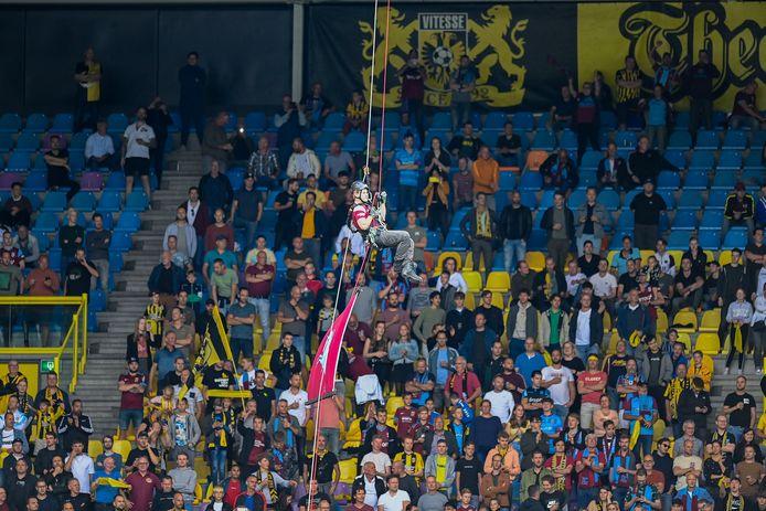Vitessesupporters op de tribune van GelreDome tijdens de wedstrijd tegen FC Twente.