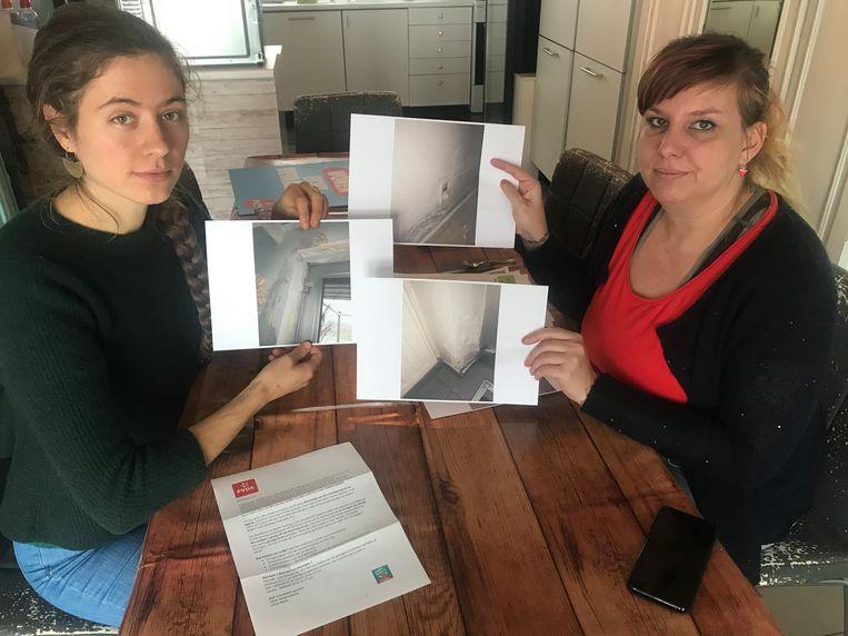 Edith Vandenabeele en Ann Verswijvel tonen foto's van vochtproblemen in andere appartementen.
