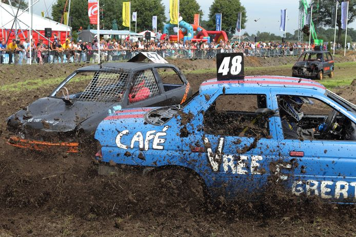 De autorodeocross ofwel 'bangerrace' is vast onderdeel van het Bouwvakfeest in Nieuw Heeten (archieffoto).
