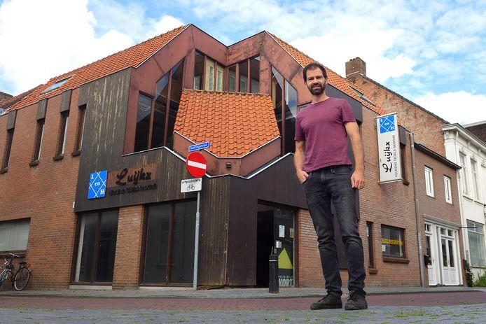 Tim de Kort bij het voormalige pand van Luijkx Tegels.