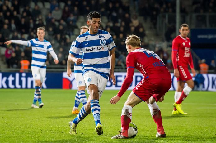 De Graafschap-smaakmaker Tarik Tissoudali speelt Junior van de Velden van Jong FC Utrecht door de benen.