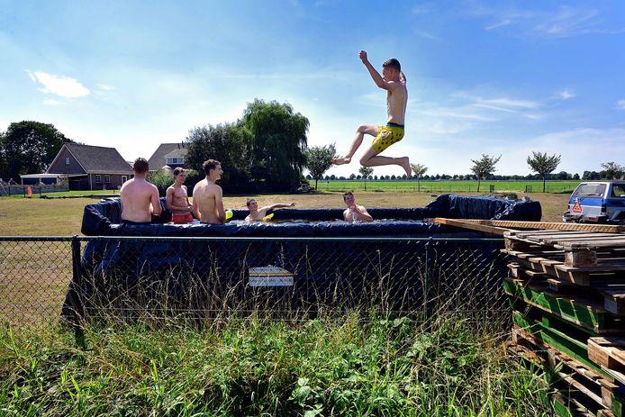 Je kunt een abonnement nemen bij het lokale zwembad; je kunt ook een container en een zeil regelen via je werk en er zelf een bad mee bouwen. De vriendengroep van Roosendaler Stan Mouwen koos voor die laatste optie. De vrienden kamperen dit weekend bij hun geïmproviseerde privézwembad.
