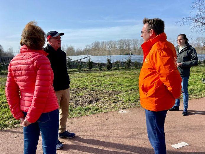 Richard de Mos van Code Oranje wordt in Helmond bijgepraat over de strijd tegen zonnepanelenvelden.