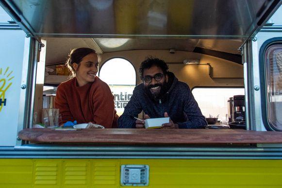 Mahesh met zijn vriendin Liesbeth in de foodtruck.
