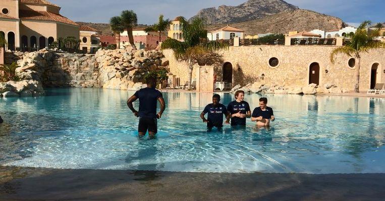 Onder meer Berge en Samatta koelen na de training af in het zwembad.