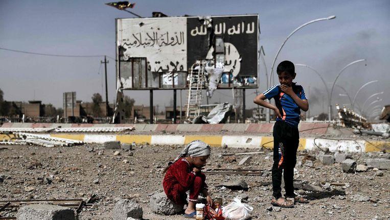 Iraakse kinderen in het tot voor kort door IS-gecontroleerde Mosul. Beeld afp