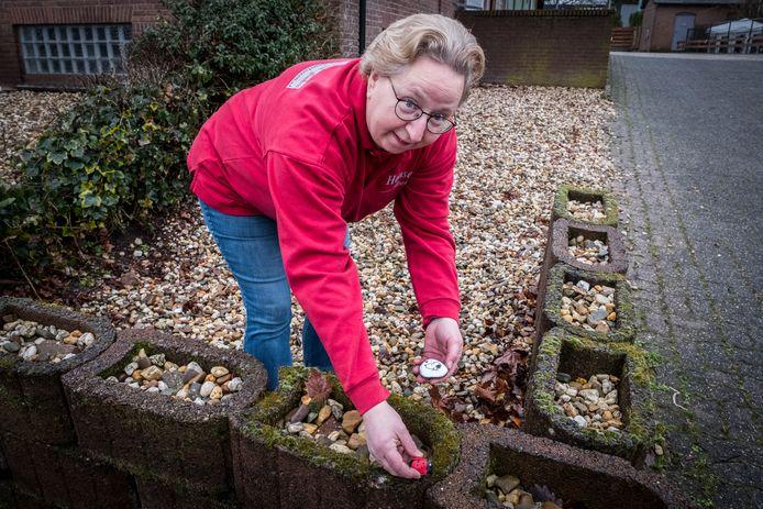 Evelien Honselaar maakt en verstopt Happy Stones.