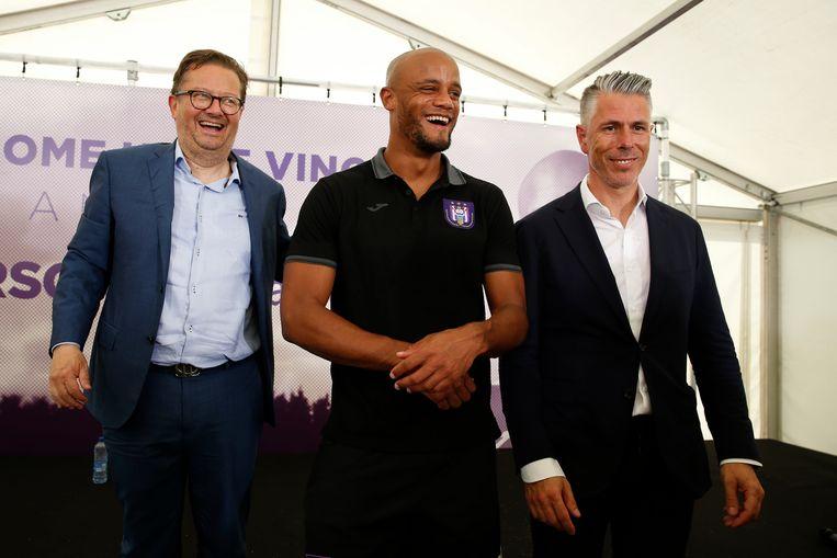 Lachende gezichten bij voorzitter Marc Coucke, Vincent Kompany en sportief manager Michael Verschueren. Beeld Photo News
