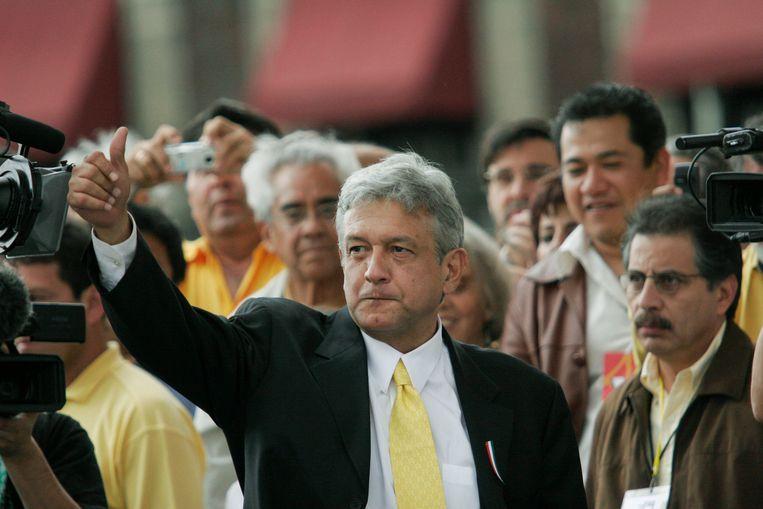 Andrés Manuel López Obrador begroet zijn aanhangers. Beeld Photo News