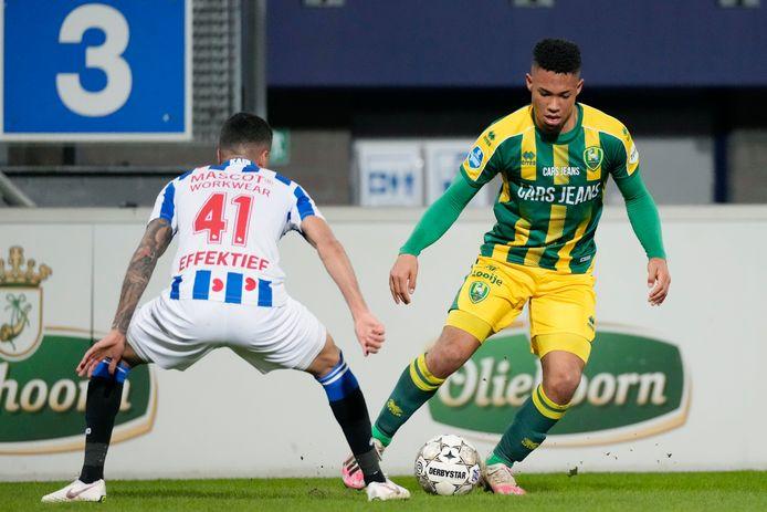Milan van Ewijk in actie tijdens en duel met zijn mogelijk nieuwe club SC Heerenveen.