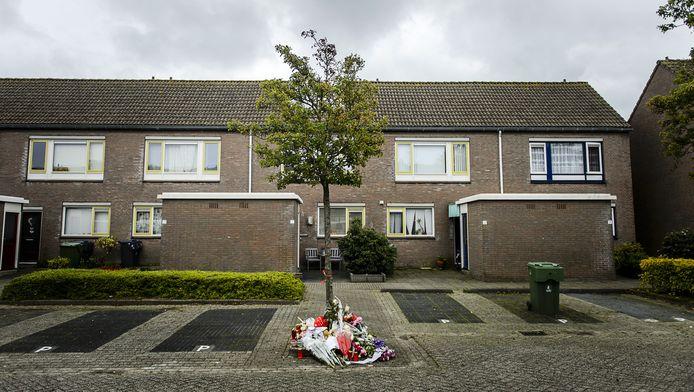 Bloemen in de wijk waar lichaampjes van twee dode babys werden gevonden.