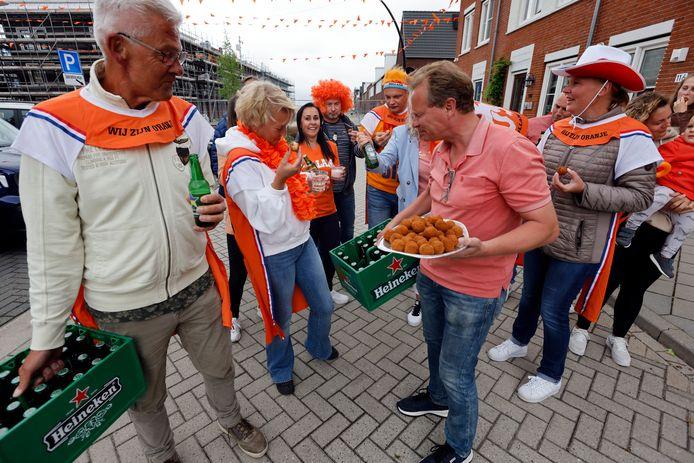 Bewoners van de Van Heemskercklaan krijgen bier en bitterballen van de VVD in Maassluis. Zij wonnen de wedstrijd die is uitgeschreven door de liberalen.