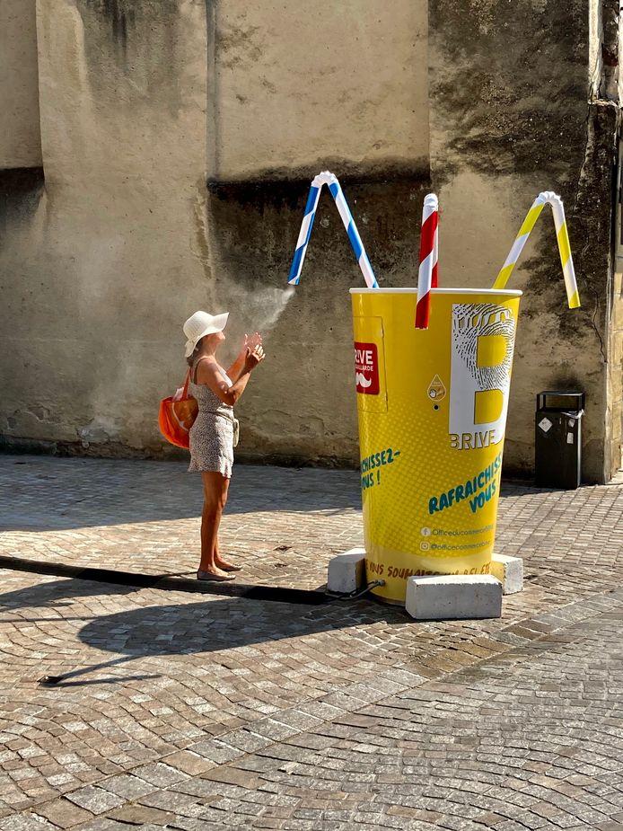 De vijfde weekwinnaar van ED Zomerfoto 2020:  Even letterlijk een frisse neus halen in het stadje Brive-la-Gaillarde, in de streek de Corrèze in Zuidwest Frankrijk. Dat was geen overbodige luxe met een temperatuur van 34 graden, windstil en geen wolkje aan de hemel.