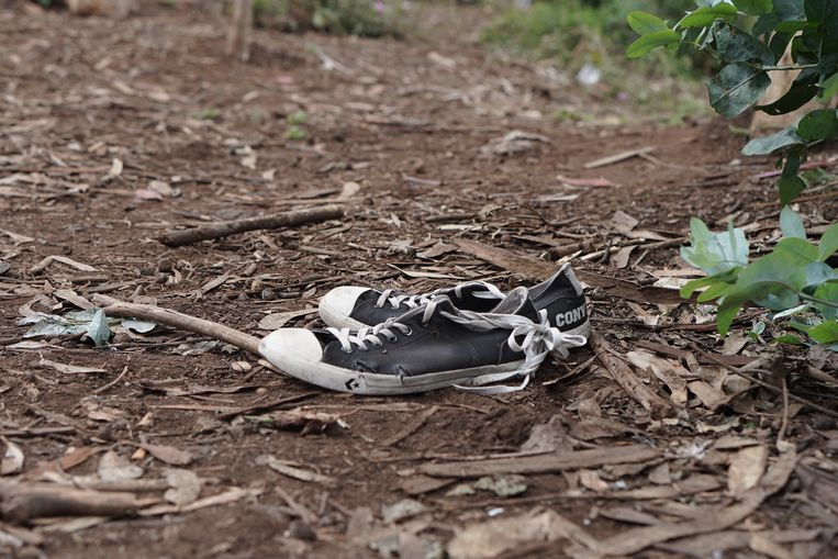 Achtergelaten schoenen, kapotgelopen.  Beeld Alex Tieleman