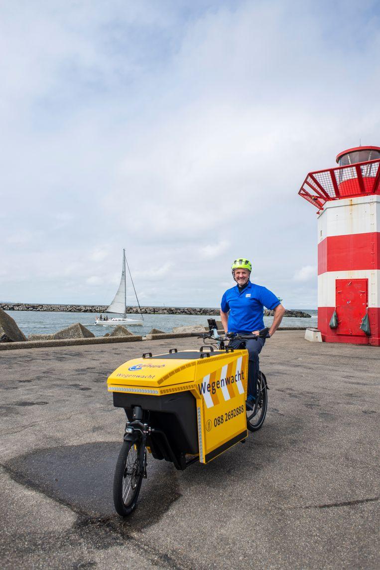 Daniël Vrolijk in Scheveningen: 'We zijn allemaal hulpvaardige types. Mensen met geel bloed.' Beeld Roos Pierson