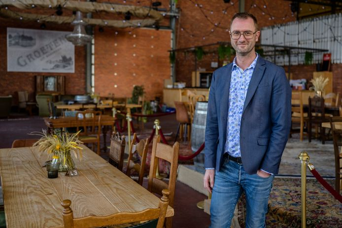 """Dieter Mannaert in zijn Jacky Bar & Resto, die al maanden leeg staat. """"Ofwel komt er nu een concrete openingsdatum, ofwel beslis ik zelf"""", zegt hij."""
