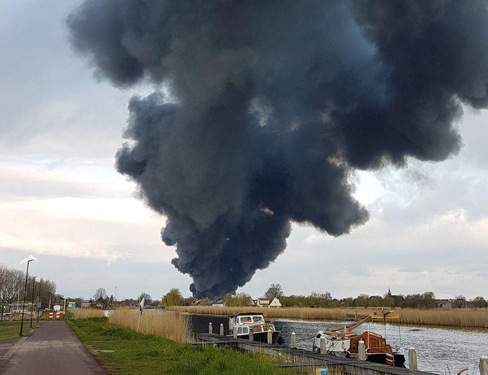 Beeld gedeeld op Twitter van de brand op industriegebied in Broek op Langedijk.
