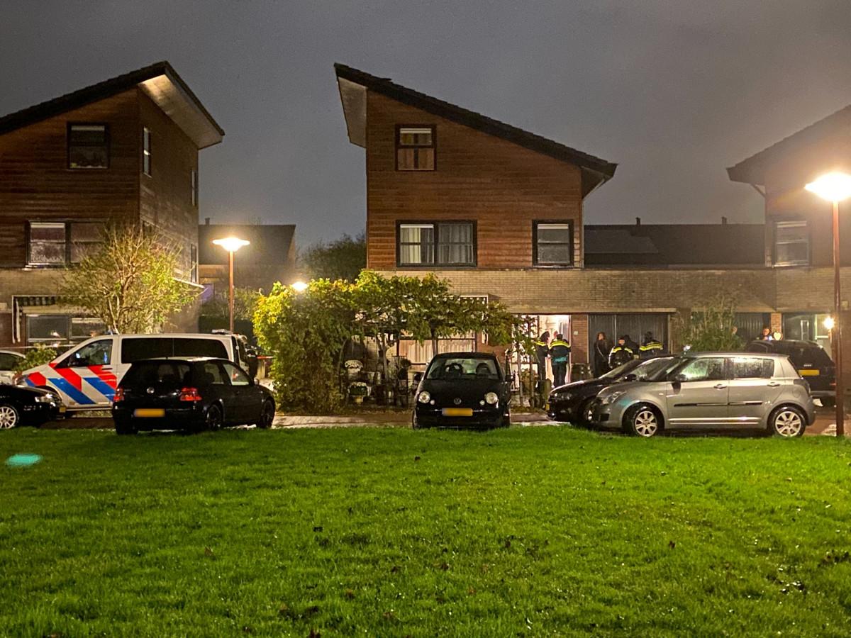 Politie bij de woning in Lelystad waar het schietincident gisteravond plaatsvond.