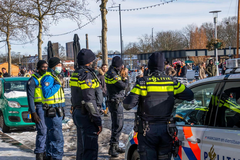 Politie aan de Piushaven.