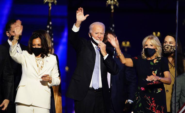 Vicepresident Kamala Harris, de toekomstige president Joe Biden en zijn vrouw Jill Biden nadat hij tot winnaar van de verkiezing is uitgeroepen. Beeld EPA