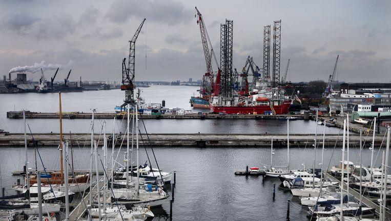 De Melissapier, achter de zeilboten, gezien vanaf de kantoren van het Kraanspoor op het NDSM-terrein. Hier moeten acht kantoorgebouwen komen, maar het bedrijf dat ze ontwikkelt, is omstreden. Op de achtergrond scheepswerf Shipdock Beeld Jean-Pierre Jans