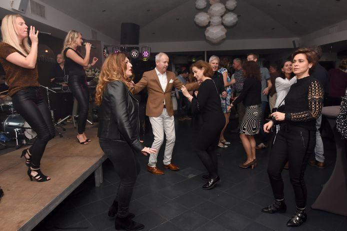 Heerlijk dansen op de muziek van coverband Kink.