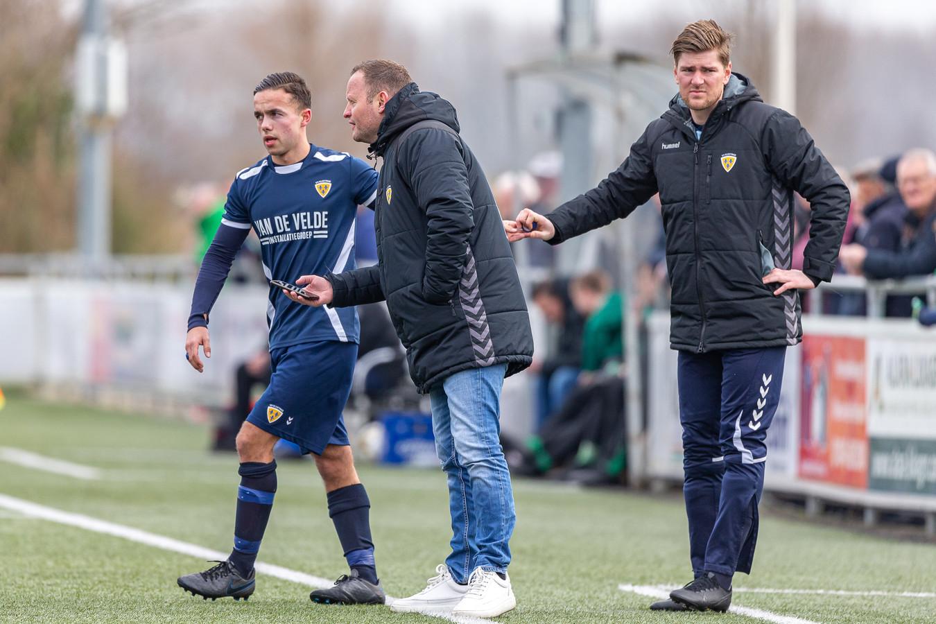 Trainer Marcel Lourens (midden) instrueert Valentijn van Keulen.
