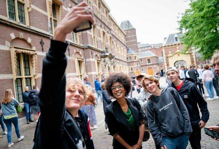 Sylvana Simons (Bij1) gaat in Den Haag op de foto met een groepje jongeren. Beeld ANP/Bart Maat