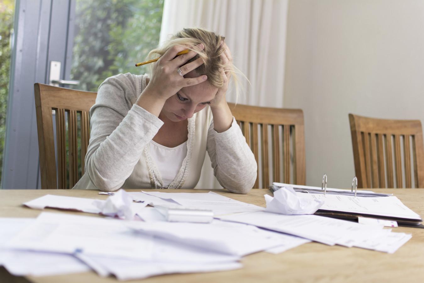 Foto ter illustratie. Gemiddeld kost iemand met schulden de werkgever 13.000 euro op jaarbasis. Deze werknemers functioneren  slechter en verzuimen meer.