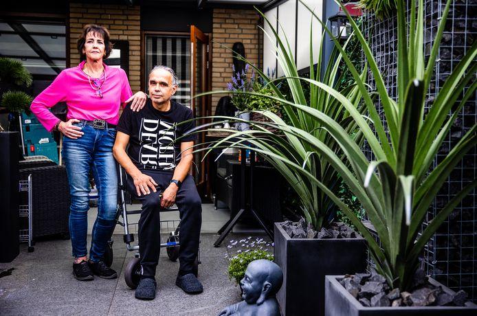 Irma en Cock Jongekrijg in hun achtertuin. Ze willen daar graag een uitbouw voor Cock neerzetten.