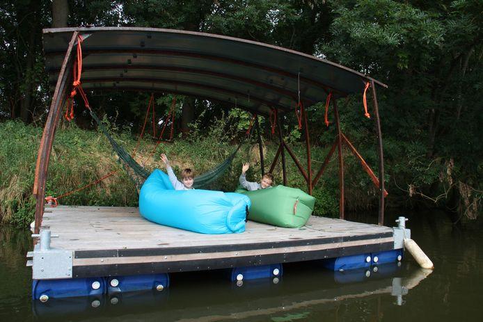 Matthew (10) en Tylor (8) testen het vlot uit. Het vlot is alleen bereikbaar per boot.