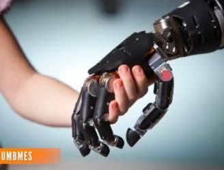 Net echt: aap voelt voorwerpen met robothand