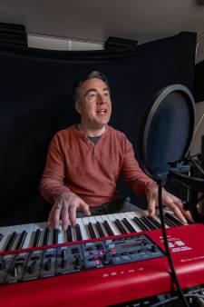 Zwolse 'stationpianist' Hans Jansen kiest tegen alle coronalogica in voor de muziek: 'Hier word ik echt blij van'