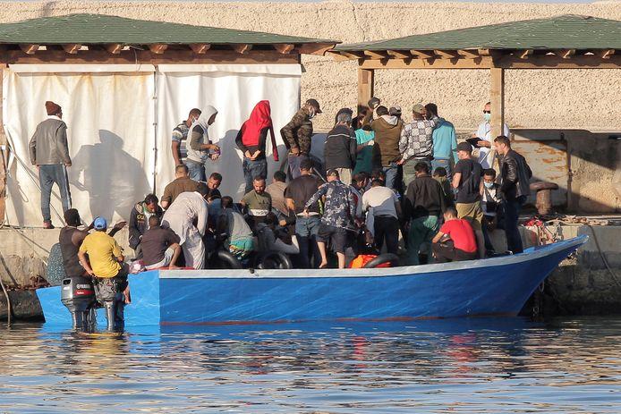 Migranten gaan gisteren aan wal op het Italiaanse eiland Lampedusa.