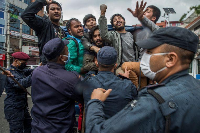 Nepalees protest tegen India. Dat land zou onrechtmatig een weg op Nepalees grondgebied hebben aangelegd.  Beeld EPA