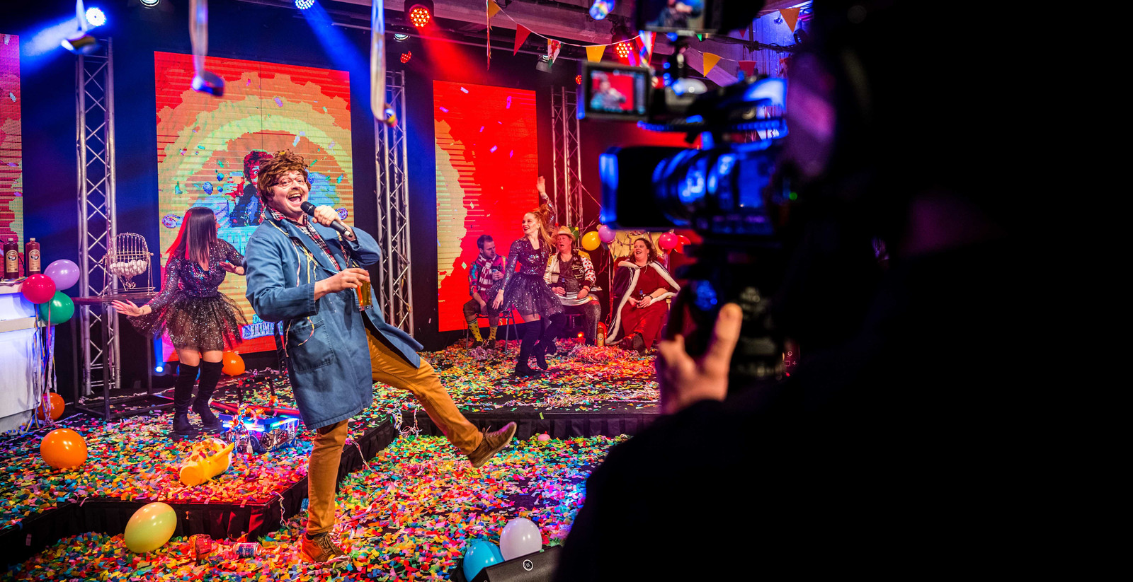 VEGHEL - Optreden van Lamme Frans tijdens de Grote Carnavalsshow, een online livestream als alternatief voor het jaarlijkse carnavalsfeest.