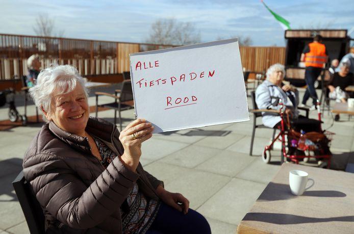Leny Groeneweg toont de reden van de demonstratie: Alle fietspaden rood. Eigenlijk was het een excuus om lekker samen koffie te kunnen drinken.