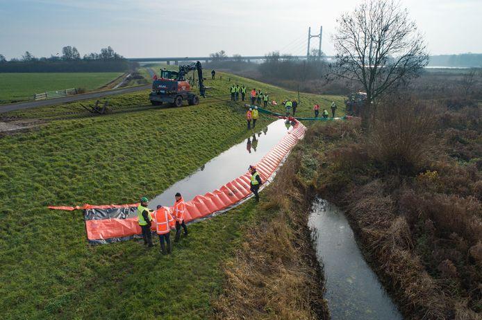 Oefening met de 'Flood Defender' aan de dijk bij IJsselmuiden.