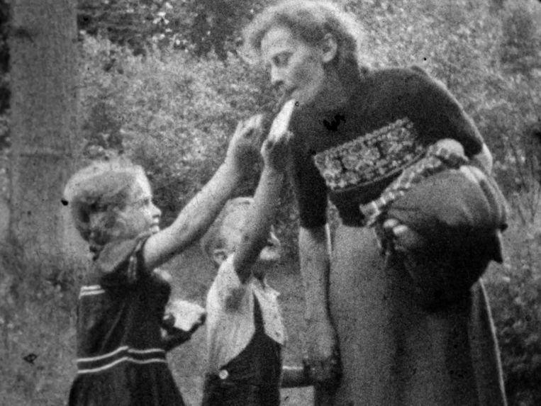 Uit de film met het ondergedoken Joodse meisje Lea Cohen (links, in donker jurkje met witte bies). Beeld