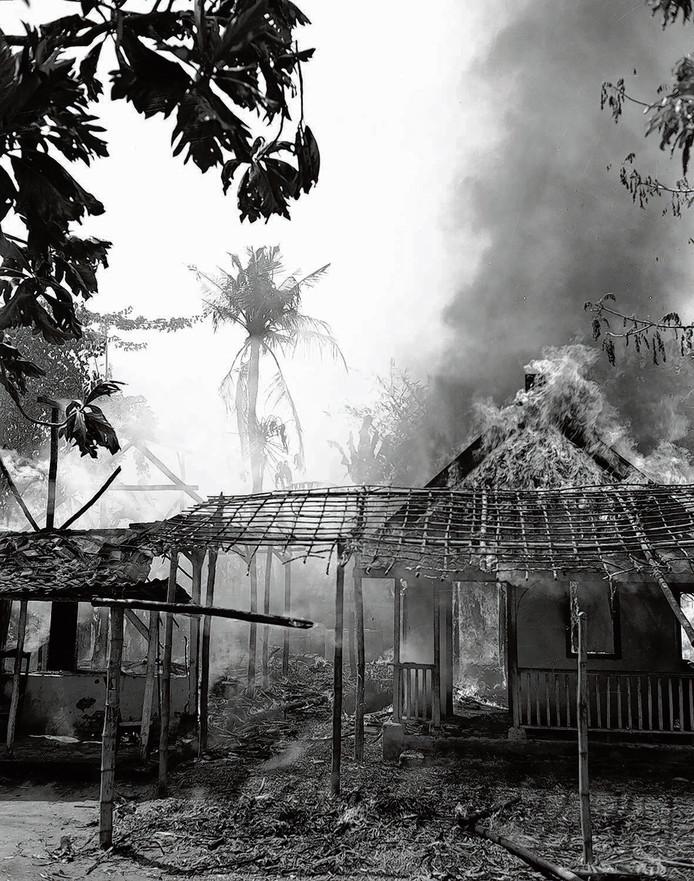 Brandende kampongs.