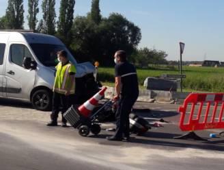 Bestuurster van motor zwaar gewond in ziekenhuis na aanrijding met bestelwagen