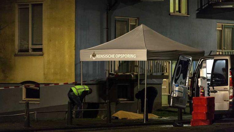 Het dodelijk slachtoffer van een explosie in een kelderbox aan de Broekslootkade ligt onder een deken op straat. Beeld anp