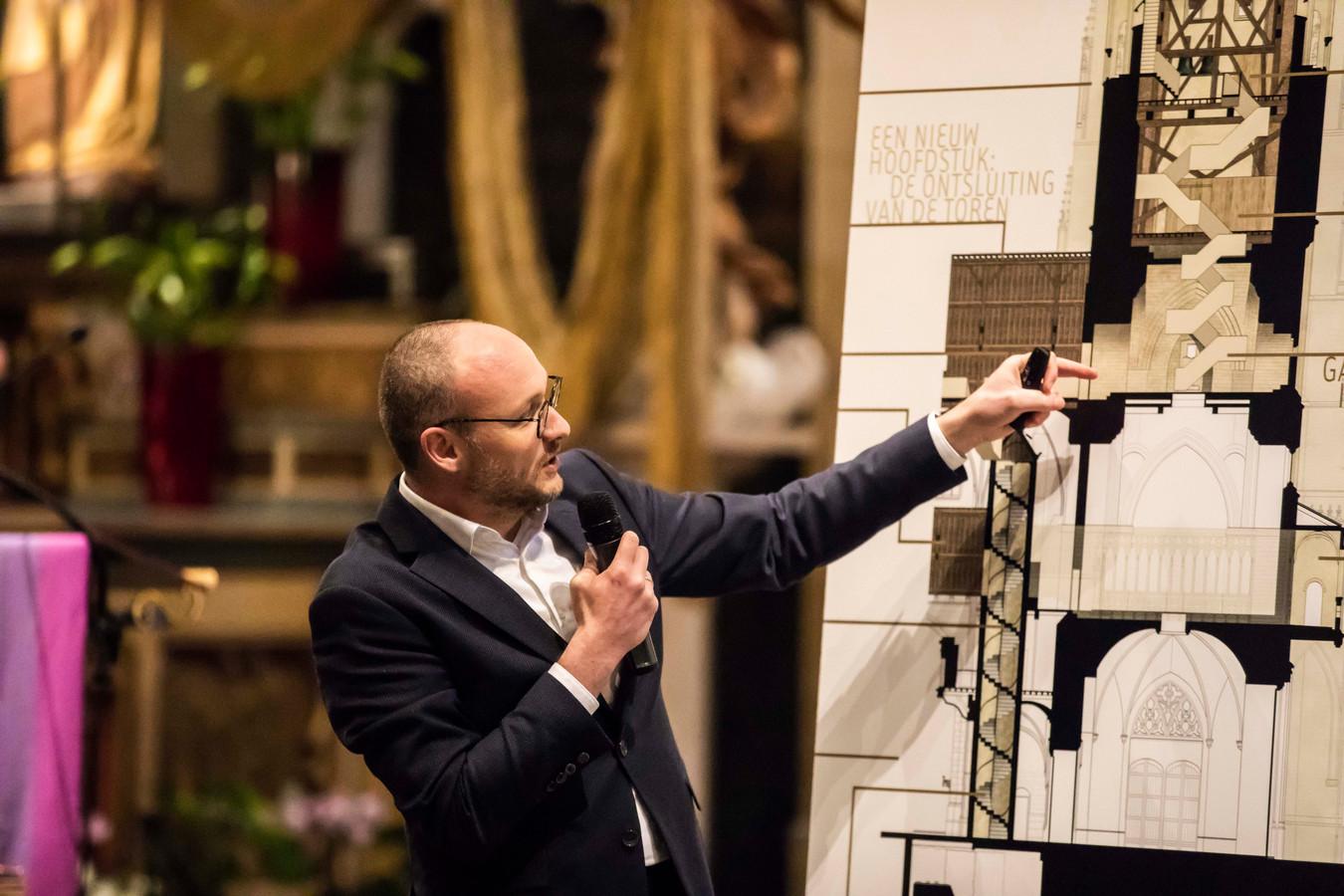 Architect Chris Van Brussel van Architectenbureau Michel Janssen vertelde en illustreerde zondag voor een geïnteresseerd publiek  hoe de ontsluiting zal gerealiseerd worden.