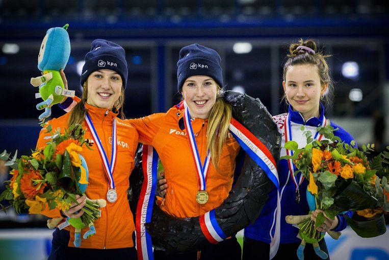 Kampioen Lara van Ruijven temidden van Suzanne Schulting (L) (tweede) en Selma Poutsma (derde) tijdens de huldiging van het NK Shorttrack in Thialf. Beeld ANP