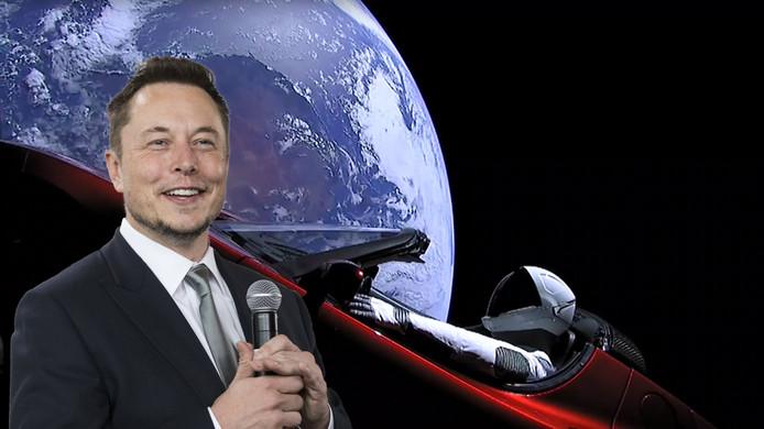 Voorgrond: Elon Musk, achtergrond: de Tesla Roadster die Musk de ruimte in schoot