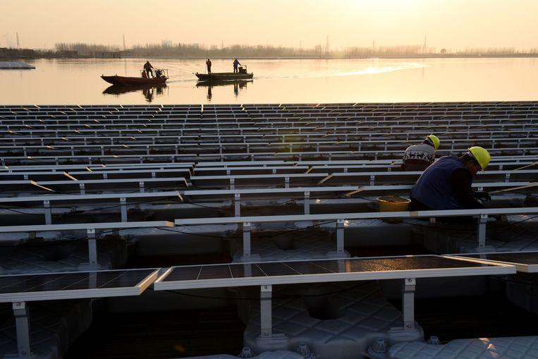 De andere kant: China is hard op weg om de kampioen in groene technologie te worden, simpelweg omdat er geld mee te verdienen is. De meeste zonnepanelen worden er al gemaakt.  Beeld AFP