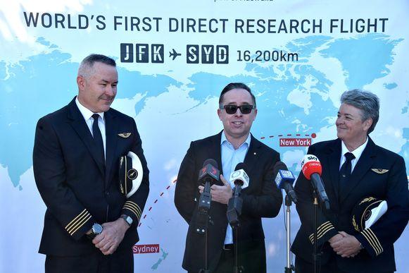 CEO van Qantas Alan Joyce, piloot Sean Golding en Qantas Fleet Manager Lisa Norman spreken met de media na het volbrengen van de succesvolle testvlucht.