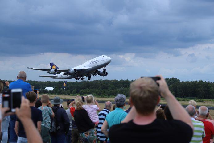 Het vliegtuig vertrekt vanaf Twente Airport richting Frankfurt.
