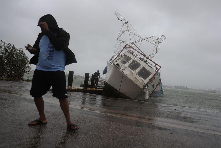 Een aangespoelde boot in Miami. Beeld AFP